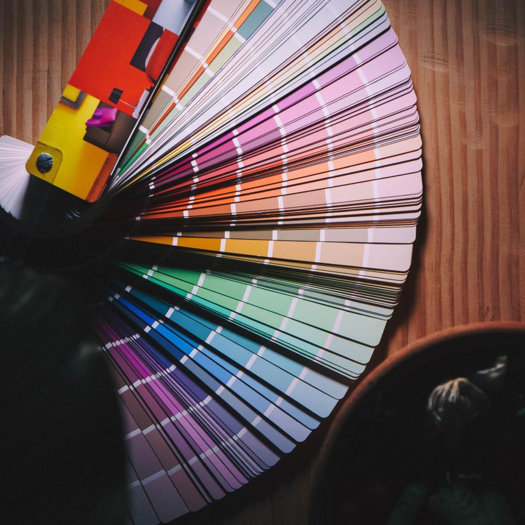 graafinen suunnittelu väriviuhka pantone